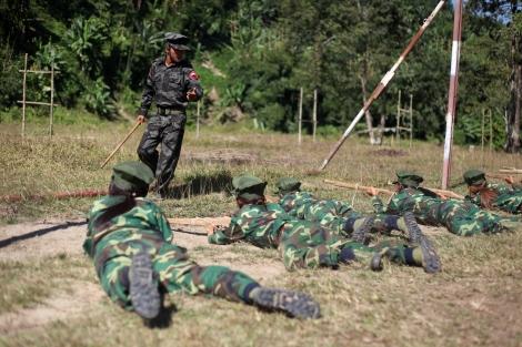 전국 각지에서 몰려든 카친 젊은이들이 나무로 만든 모형총을 들고 45일간의 '청년을 위한 교육경제개발과정 (EEDY)' 훈련을 받고 있다. 이들은 게릴라전에 기반한 기본 군사훈련과 카친역사교육, 영어교육 등을 받는다. 훈련 후 전국 각지 일상사로 돌아가지만 유사시 보충 인력으로 투입될 예비군인 셈이다. 전쟁이 재발하자  전국  각지에  흩어져 있던  카친 젊은이들이  반군 영토를 찾고 있다. (Photo © Lee Yu Kyung 2013)