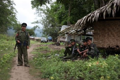 카친 독립군은  1961년 부터  버마 중앙 정부에  자치를  요구하며  무장 투쟁을  벌이고  있다. 1994년 정부와  휴전을  맺었으나  정치협상에 실패한  17년  휴전은  2011년 6월  정부군의  공격개시를  시작으로 종잇조각이 되었다. (Photo © Lee Yu Kyung 2013)