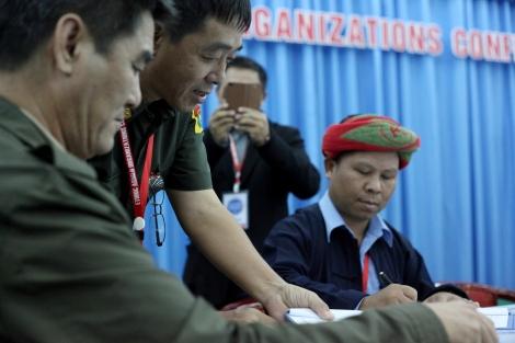 카친독립군 (KIA) 부사령관 군모 소장 (Maj-Gen. Sulmut Gun Maw, 사진 가운데 인물)은  KIA 얼굴 마담 이기도 하지만  뒷 무대  실무도 상당히 지휘하고 있다. 카친 젊은이들 사이에 인기가높다. (Photo © Lee Yu Kyung 2013)