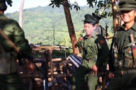 반군 수도 라이자의 방어선인 라와양의 최전선인 마쎙 붐의  카친독립군(KIA)  병사들. 이곳에서 5분도 안되는지점에는  정부군  초소가  있다.  KIA에 따르면  1월 대전투가  수그러든  이래  2월 4일과  11월  8일  두 차례에 걸쳐  정부군 측의  도발이 있었다. (Photo © Lee Yu Kyung 2013)