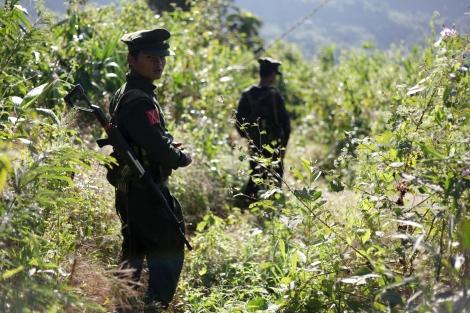 반군 수도 라이자 방어선인  라와양 전선에서 카친독립군 (KIA) 병사들이  이동중이다.  카친 독립군은  1961년 부터  버마 중앙 정부에  자치를  요구하며  무장 투쟁을  벌이고  있다. 1994년 정부와  휴전을  맺었으나  정치협상에 실패한  17년  휴전은  2011년 6월  정부군의  공격개시를  시작으로 종잇조각이 되었다. (Photo © Lee Yu Kyung 2013)