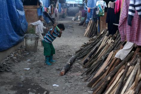 지난  2년여에  걸친 전쟁으로  카친 주  피난민  수는10만명을 웃돌고  있다. 7만5천명  가량이 유엔과  국제엔지오의  구호를 제대로  받지 못하는 반군영토에  머물고  있다.  이중  절대 다수는  어린이와 여성  노약자들이다.  카친 엔지오와  카친독립기구(KIO)의  재난구호부인 피난민구호위원회(IRRC, IDPs and Refugee Relief Committee)가 피난민 구호를 체계적으로 진행하고 있다. (Photo © Lee Yu Kyung 2013)