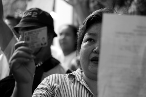 Would-be voters in Din Daeng, Bangkok 'intruded' into the district office to demand polling process to re-open. Dozens of anti-government protesters (or PDRC) mostly its 'guards' have blocked the polling station which then was followed by cancellation of the poll.  (Photo © Lee Yu Kyung 2014)