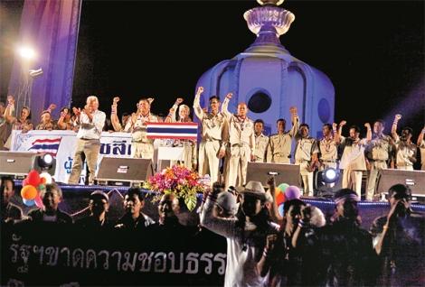 '감난'은 한국의 면장에 해당하는 타이의 토호 지방관료를 일컫는다. 지난 1월 방콕 셧다운 직전 수랏타니 등 남부 지방 '감난'들이 반정부 시위 무대에 올라 수텝과 시위대에 대한 지지를 표명하고 있다. (Photo © Lee Yu Kyung)