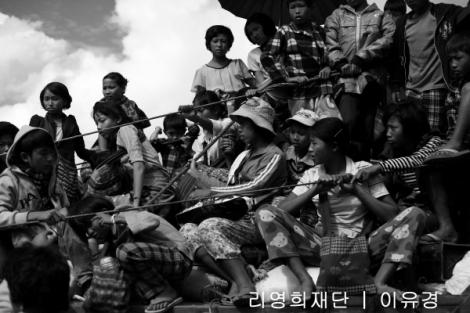 ▲ 남림파 교전으로 피신하는 피난민들 동행 취재를 위해 필자가 올랐던 트럭 (Photo © Lee Yu Kyung)
