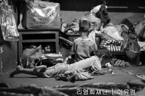 라이자 피난민 캠프 저녁시간에는 공부에 열중하는 아이들이 많았다. (Photo © Lee Yu Kyung)