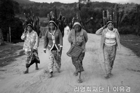 카친 남부 공유양 마을. 카친 여성들이 산에서 뗄감을 해오고 있다. 공유양 마을은 카친주 남부와 샨주 북부를 경계하는 지점에 위치해있다. 남림파 교전으로 발생한 피난민들이 여인들 뒷편으로 보이는 산을 타고 이곳에 도착할 예정이다. (Photo  © Lee Yu Kyung)
