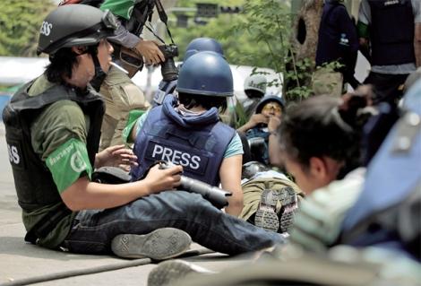 2010년 5월 방콕. 반정부 시위대였던 레드셔츠에 대한 군의 무력 진압 과정을 취재하는 기자들. 수류탄이 터지고 총격전이 거세지자 대부분 엎드렸지만 '좋은 그림'을 놓치지 않으려는 일부 기자들의 꼿꼿한 뒷모습도 보인다. (Photo © Lee Yu Kyung)