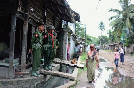 버마 아라칸주 시트웨시 마지막 무슬림 구역인 아웅밍갈라에서 마을 주민들을 감시하고 있는 룬틴. 두치야단 학살 당시 라카잉 폭도들은 경찰과 룬틴을 대동했다. 곧이어 도착한 군인들도 상황 진압을 전혀 하지 않았고, 일부 목격자는 군인들 역시 총격을 가했다고 말한다. 경찰과 룬틴은 대부분 라카잉족이고, 군인은 버만족이 많다. 2013년 8월 촬영. (Photo © Lee Yu Kyung)
