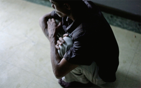 로힝야 보트난민 포르카나(28)가 밀항선과 정글캠프에서 어떤 자세를 강요받았는지 재연하고 있다 (Photo © Lee Yu Kyung)