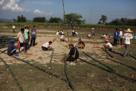IDPs in Latgayang camp are building temporary shelters for then fleeing IDPs from Nam Lim Pa, which was infiltrated by government troops followed by battle between KIA and government troops late November in 2013. (Photo © Lee Yu Kyung)