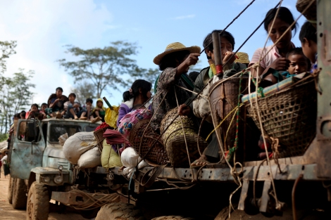 Thousands of Kachin IDPs were fleeing Nam Lim Pa, Mansi township as government troops have intruded into their village and IDPs on November 16. Subsequently heavy fighting between KIA and government troops broke out around 7am on November 17. (Photo © Lee Yu Kyung)
