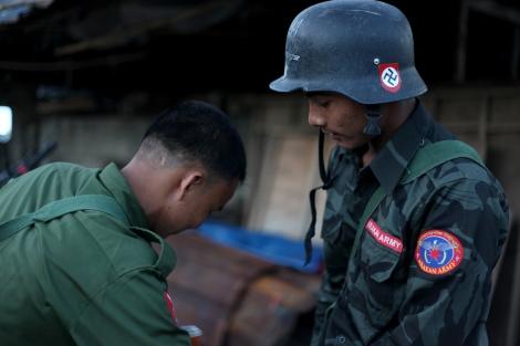 카친주 반군 수도 라이자의 아라칸군(AA) 대원들. 이들이 나치 심벌인 스와스티카가 박힌 군모를 쓴 건 우연만은 아닌 듯하다. 반로힝야 인종주의와 극우민족주의는 이들의 무장투쟁의 '이론적' 토대가 되고 있다 (Photo © Lee Yu Kyung)