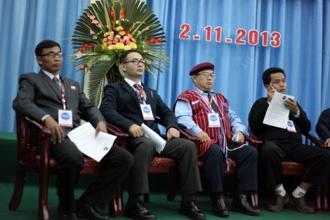 지난해 말 카친주 반군 수도 라이자에서 열린 전소수민족무장단체 회의에서 아라칸해방당(ALP) 카잉 투카 사무총장(맨 왼쪽)과 아라칸군 최고 사령관 트완므왓나잉 준장이 나란히 앉아 있다. 라카잉 무장단체 중에서 반로힝야 인종주의 성향이 가장 강한 이 두 조직은 현재 통합 협상을 진행 중이다 (Photo © Lee Yu Kyung)