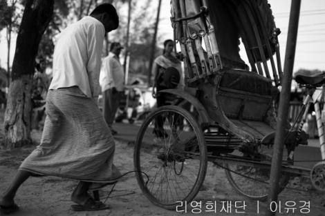 방글라데시 동남부 콕스 바자르(Cox's Bazar) 타운에서 한 릭샤 운전자가 바퀴에 바람을 넣고 있다. 이 일대 릭샤 운전자들 대부분은 로힝야 난민들이다. 당국의 단속이 있을 때마다 릭샤 운전자들이 첫 대상이 되는 이유이기도 하다. (Photo © Lee Yu Kyung 2014)