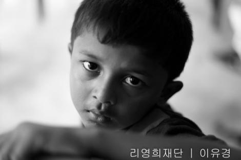 로힝야 보트 난민 어린이가 말레이시아 한 엔지오 단체에 등록하기 위해 기다리고 있다. UNHCR에 공식 난민으로 등록하는 절차와 기간이 복잡하고 길어짐에 따라 많은 난민들이 엔지오를 통해 우선 자신의 존재를 등록하고 유사시 그 등록증으로 신분 확인 과정을 거친다. 물론 엔지오 등록증이 신분을 보장하는 건 아니다. (Photo © Lee Yu Kyung 2014)