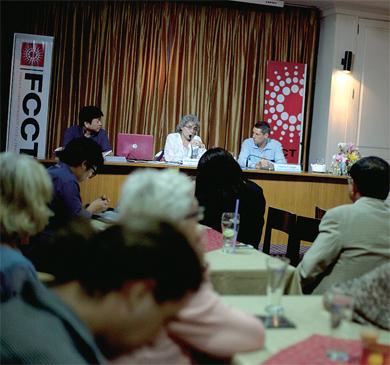 » 2010년 5월 레드셔츠 유혈진압 사태를 취재하다 군이 발사한 총탄에 사망한 이탈리아 사진기자 파비오 폴렝기의 여동생 엘리사베타 폴렝기가 3년 뒤 타이외신기자클럽(FCCT)에서 회견 중이다. 타이외신기자클럽은 파비오 사망의 진실을 밝히기 위해 동분서주하는 엘리사베타를 적극 도왔고, 지난 4월 엘리사베타가 지병으로 사망하자 조의 성명을 발표하기도 했다. (Photo © Lee Yu Kyung)