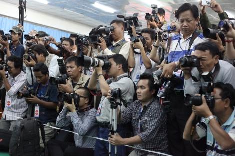 버마 기자들이 카친 반군 수도인 라이자에서 소수민족무장단체들의 컨퍼런스를 취재하는 모습. 이들은 반군 영토인 라이자에 이르기위해 최소 2박 3일 이동했다. 개혁기 버마의 상징적 그림 중 하나는 바로 현지 기자들의 취재 열기와 언론자유의 '개통'이다. 그 자유가 최근 급격히 위협받고 있다. (Photo © Lee Yu Kyung 2013)