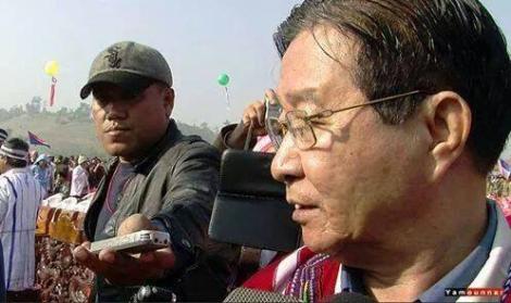 군부대 구금 중 살해된 기자 아웅나잉(왼쪽)이 취재하는 모습. 휴전협상 정부팀 대표인 아웅민 장관을 인터뷰하고 있다. 군은 그가 카렌반군 중 하나인 민주카렌불교도군(DKBA) 소속이라고 주장한다. (아웅나잉 페이스북 비디오 화면 갈무리/Video capture)