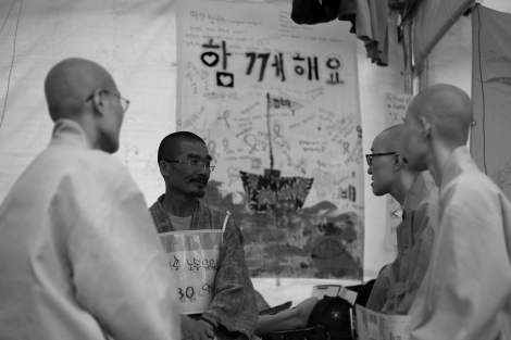 A Monk, who's been on hunger strike in solidarity with victim's family, receives support from fellow monks. (© Lee Yu Kyung 2014)