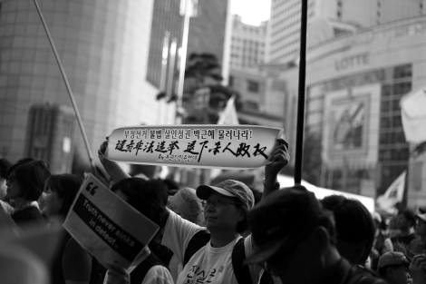 Some of citizens at the Sewol protest demanded President Park Geun-Hye to step down. (© Lee Yu Kyung 2014)
