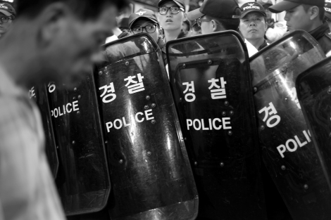 A citizen, who was fainted for short, was recovering while police and protesters were still confronting as the latter wanted to proceed further march in central Seoul. (March for Sewol Special Act in Seoul (© Lee Yu Kyung 2014) )