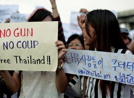 5월 22일 쿠테타 직후 한주 남짓 불이 붙던  반 쿠테타 시위는 그러나 군정의 계속된 소환과 탄압, 야권의 무기력과,  활동가 그룹의 줄줄이 망명이 이어지면서  내부 동력을 상실한 상태다. 다만, 반년의 기점을 돌면서 학생들 중심의 반 쿠테타 캠페인이 고개를 드는 중이다. (© Lee Yu Kyung)