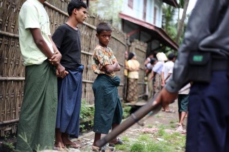 버마 서부 아라칸 주 시뜨웨의 유일한 무슬림  구역인  아웅 밍갈라는 구역 안팎으로 보안군들과 불교도들이 지키고 서 있다. 시뜨웨 외곽 피난민 캠프 와 더불어 로힝야 무슬림들이 직면한 '아파르트헤이트' 현실을 반영하는 구역이다 (© Lee Yu Kyung 2013)