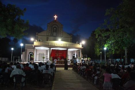 북부 마나르 천주교 성당에서 기도하는 타밀족 (2010년). 지난 12-14일까지 스리랑카를 방문한 프란시스 교황은 마나르 등 북부지역 종교 기념비등을 방문하고 평화의 메시지는 물론 전쟁의 진실이 밝혀져야 한다고 강조했다. (© Lee Yu Kyung)