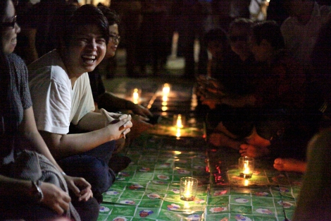 Participants were sitting together for a night picnic-like event to avoid being named 'protest'. (© Lee Yu Kyung 2014)