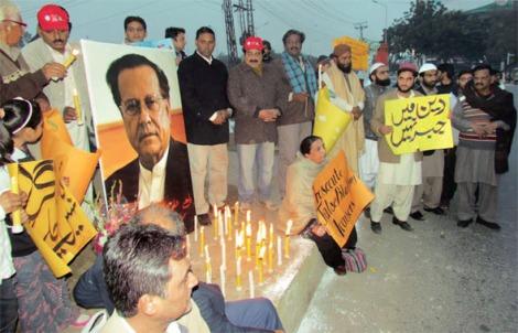 아시아 비비를 옹호하다 자신의 보디가드가 쏜 총탄에 쓰러진 살만 타시르를 추모하는 촛불집회는 폭도들의 난입으로 난장판이 되었다. 1월4일 시민들이 폭도들이 떠난 뒤 자리를 수습하고 촛불시위를 벌이고 있다. (Courtesy : Center for Human Rights Edication Pakistan)