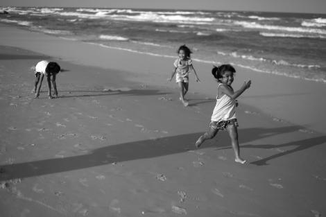 Children, Sand wave, Hua Hin, Thailand (© Lee Yu Kyung 2014)