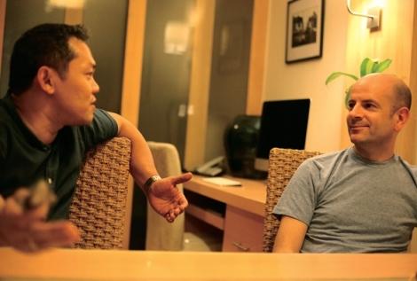 사이몬(오른쪽)과 노이는 영국-타이 게이 커플이다. 두 사람은 2년 전 베트남 주재 영국대사관에서 '시민연대' 절차를 밟아 공식 커플이 됐다. 그러나 영국법으로만 보호받을 뿐 이들이 살고 있는 타이에서는 아무런 보호 장치가 없다. (© Lee Yu Kyung 2015)