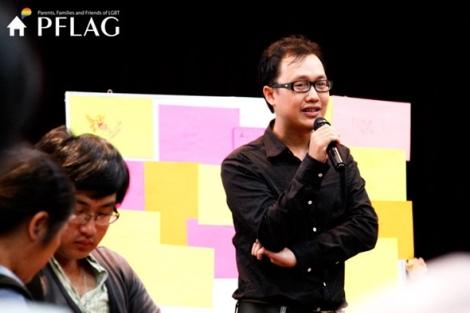 베트남 '톱게이'로 불리는 타오(Thao)가 '게이 레즈비언 부모와 친구들' 모임 (PFLAG) 행사에서 발언중이다. PFLAG모임은 베트남 LGBYI운동의 성과중 하나로 꼽힌다 (Photo Courtesy : Information Connecting Sharing)