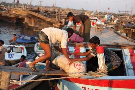 방글라데시 콕스 바자르의 한 선착장에서 젊은이들이 일하고 있다. 로힝야 난민이 많이 사는 이 지역의 저임금 시장은 로힝야 난민의 불법노동으로 대거 채워진다. (© Lee Yu Kyung)