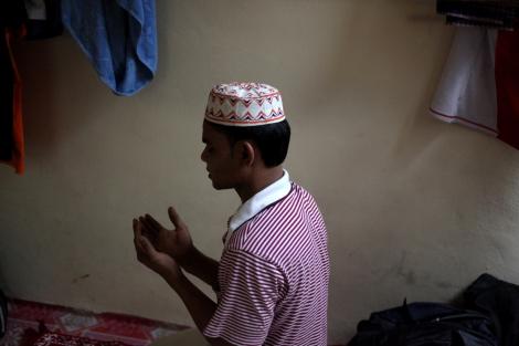 말레이시아에 보트피플로 도착한 로힝야 난민이 자신의 거처에서 기도하고 있다. 말레이시아는  로힝야 보트피플들의 목적지가 되고 있다. 불법 노동이지만 일자리를 구할 수 있고 무슬림 주류 국가라는 점 때문에 인종과 종교로 박해받는 이들에게 선호국이 되고 있다. 얼마전까지만 해도 말레이시아에서 호주로 지속하던 보트피플 루트는 최근 호주 정부의 강경 정책으로 거의 중단된 상태다. (© Lee Yu Kyung)