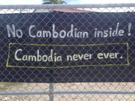나우루 난민들이 오스트레일리아 정부의 최근 정책으로 나온 '캄보디아 솔루션'을 거부하며 감호소 펜스에 플랑카드를 내 걸었다. (Photo Courtesy : Nauru Asylum Seeker)