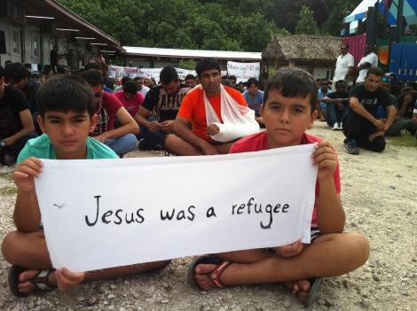 나우루 난민감호소 난민들이 시위를 벌이고 있다. 난민들은  호주 정부의 정책이 발표될때마다 규모가 크거나  장기적인  시위를  벌여왔다. (Photo Courtesy  : Nauru Refugee)