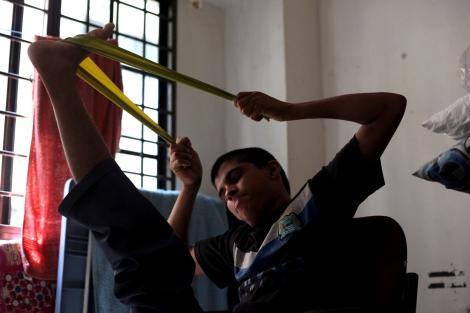 보트피플로 말레이시아에 도착한 로힝야 난민 청년들이 자가 물리치료를 하고 있다. 이들 다수는 말레이시아에 도착했을때 제대로 걷거나 움직이지 못한다. 그 원인에 대해 그동안 장기간 운동 부족이 초래한 결과로 알려져왔다. 그러나 최근 이들을 검진한 의사들에 따르면 비타민 B의 절대부족으로 근육 움직임을 명령하는 뇌에 손상이 간 것도 주요 원인이라는 주장이 새롭게 제기됐다. (© Lee Yu Kyung)