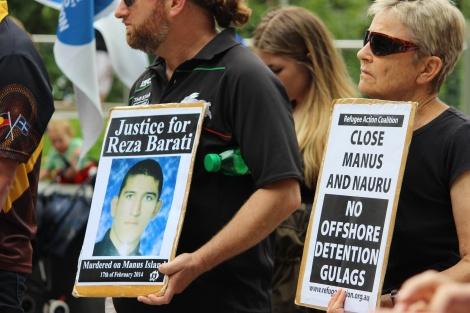 2014년 파푸아 뉴기니 마누스 섬에 있는 난민 감호소 폭력 사태 당시 사망한 이란 난민 레자 바라티 추모시위. 레자 바라티가 2013년 7월 보트로 크리스마스 섬에 도착한 건 호주 내 재정착 전면 불가를  선언한 'PNG (파푸나뉴기니) 솔루션' 공표된 지 5일 후였다. 그가 배에 오를 당시  호주 재정착을 꿈꾸었을 거라는 건 쉽게 추측해 볼 수 있다. (© Peter Boyle)