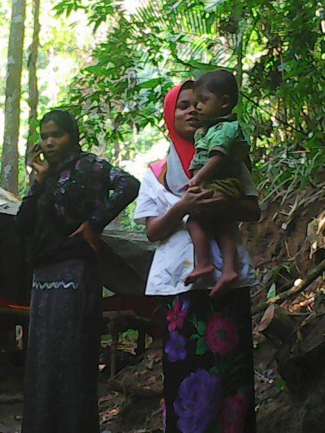 타이-말레이시아 국경 근처의 한 '정글캠프' 내 로힝야 여성들과 아이. 지난 2년6개월 동안 로힝야 보트피플 대열에는 여성과 아이들도 꾸준히 증가해왔다. ([Photo courtesy : Bo Min Aung)