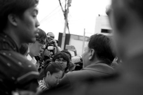 Rongsiman Rome, one of 14 student activists of New Democracy Movement was negotiating with police at the entrance of Pathumwan police station in Bangkok June 24. Students have filed charge against police for violent break-up of peaceful gathering on May 22, one year anniversary of the latest coup. (© Lee Yu Kyung 2015)