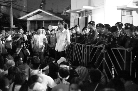 Rattapol Supasophon, a member of League of Liberal Thammasat for Democracy (or LLTD) was making speech at crowd in Pathumwan Police station on June 24. (© Lee Yu Kyung 2015)