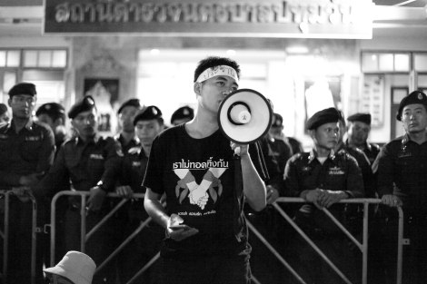 A student activist from Bangkok was making speech at crowd in Pathumwan Police station on June 24 (© Lee Yu Kyung 2015)