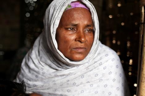 버마 서부 아라칸 주 시트웨 캠프에 거주하는 로힝야 피난민 여성.  2013년 8월 현재, 이 여성의 아들은 보트타고 떠나 6개월 전 타이에 있다는 소식을 마지막으로 무소식이다. 최근 동남아 보트난민 위기는 버마의 로힝야 무슬림 난민들이 직면한 박해 현실을 더 강렬하게 드러냈다. (© Lee Yu Kyung)