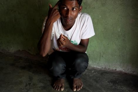 2013년 말레이시아에 도착한 로힝야 난민이 항해기간 그리고 타이-말레이시아 정글 캠프에서 브로커들에게 어떤 위협을 받았는지 재연하고 있다. (© Lee Yu Kyung)