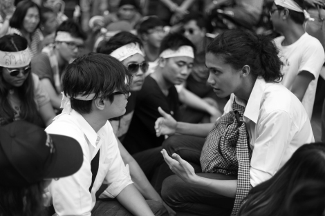 Rongsiman Rome (left) and Rattapol Supasophon (right) of  LLTD group were discussing during the demonstration near Pathumwan police station. (© Lee Yu Kyung)