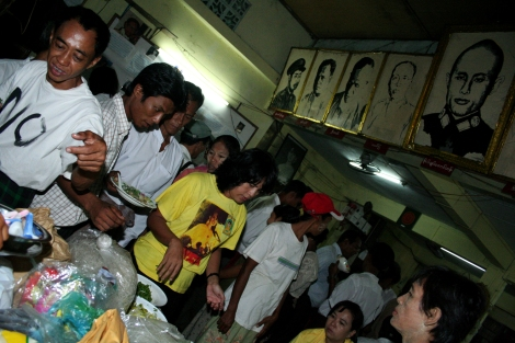The members of NLD, the only legal opposition party during the military dictatorship in Burma, were celebrating Aung San Suu Kyi's birthday 7 years ago in 2008. Suu Kyi was in house arrest at that time. (© Lee Yu Kyung 2008)