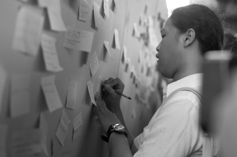 Writing jailed students supportive message in 'post-it' protest. (© Lee Yu Kyung 2015)