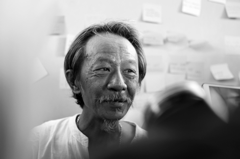 Viboon Boonpattaraksa, father of Chatupat Boonyapattraksa of Dao Din leader, was talking to media. He is also a human rights lawyer representing  community. (© Lee Yu Kyung 2015)